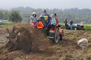 Vnúčatá využili možnosť odviesť sa dedkom na traktore.