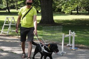 Sústredenie vodiacich psov a ich navigátorov v Nitre.