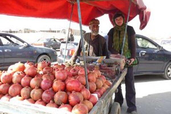 Jana Jakubíková s predavačom granátových jabĺk.