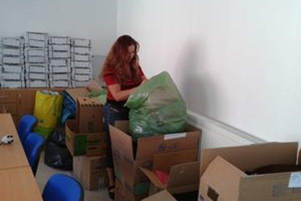 Eva Riečicová so svojimi kolegami pripravila množstvo šatstva.