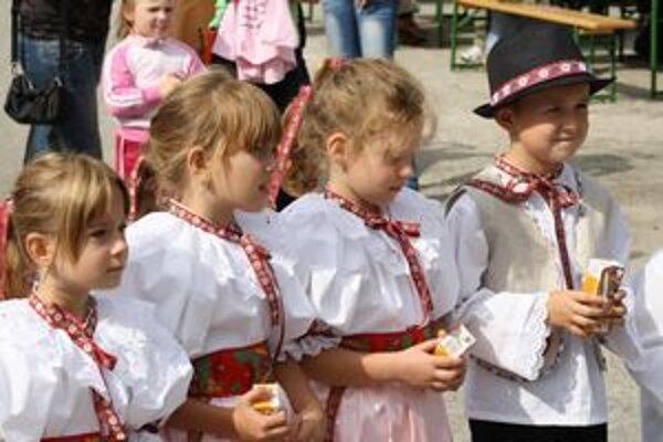 Miestne deti sa vyobliekali do krojov.