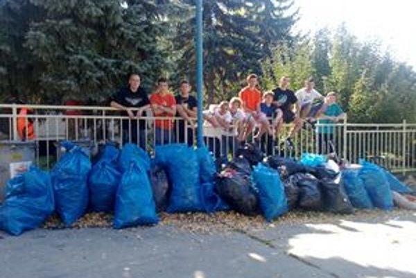 Žiakom sa podarilo im vyzbierať 200 vriec odpadu.