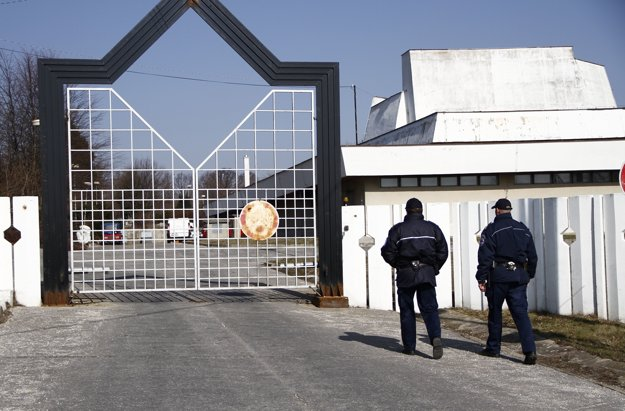 Pred krematóriom musela pred niekoľkými rokmi hliadkovať mestská polícia.