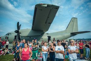 Diváci pri dopravnom lietadle C-27 J Spartan