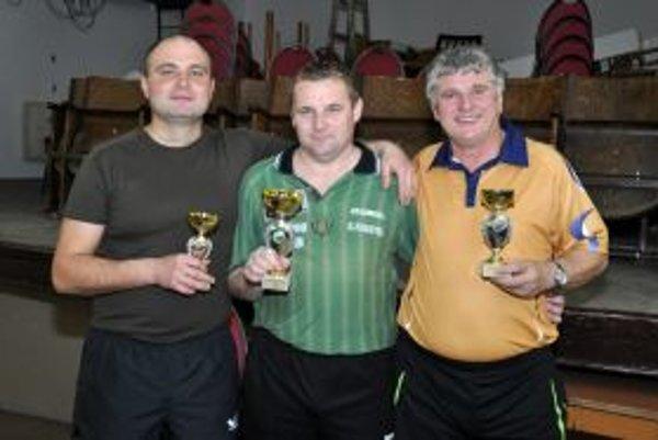 Prvý skončil Marek Švajlen (v strede), druhý  Milan Ďurík (vpravo) a tretí Jozef Krošlák (vľavo).
