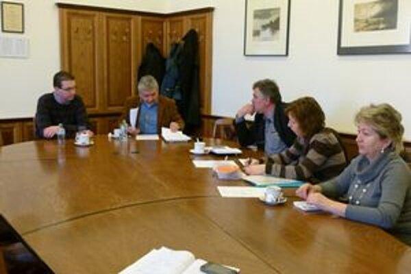 Na prvom stretnutí rady Tir-u chýbalo viacero starostov kvôli pracovným povinnostiam.