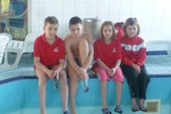 Topoľčianski plavci - zľava: Patrik Vančo, Filip Vitko, Viktória Železníková a Laura Nikol Gogová.