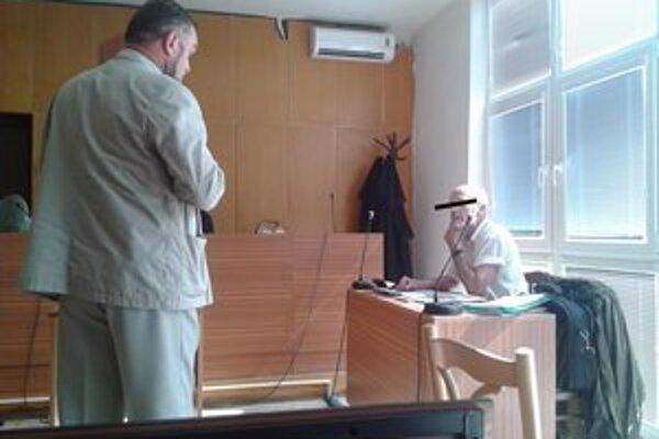 Jozef V. (vpravo) aj po vynesení rozsudku trval na svojej nevine.