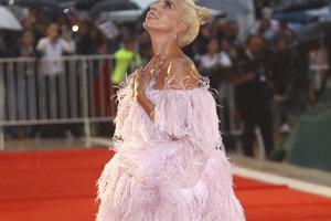 Herečka a speváčka Lady Gaga pózuje fotografom na červenom koberci počas príchodu na premiéru filmu