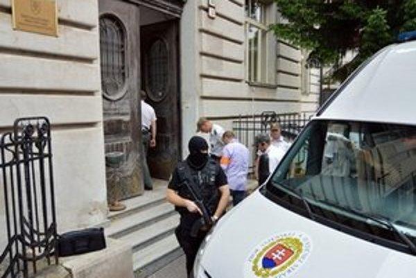 Obžalovaných eskortovali na súd kukláči.