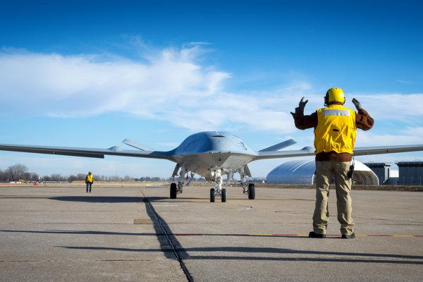 Boeing testuje bezpilotné tankovacie lietadlo.