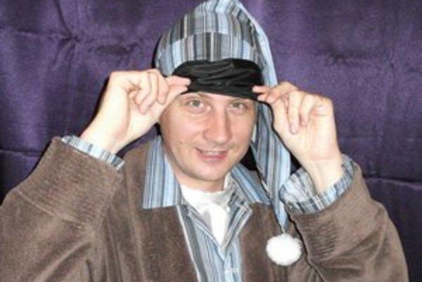 Dušan Cápa vyšiel na pódium  v župane a počas niekoľkých sekúnd vystriedal viacero prevlekov.