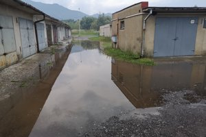 Medzi garážami je voda aj po kolená.
