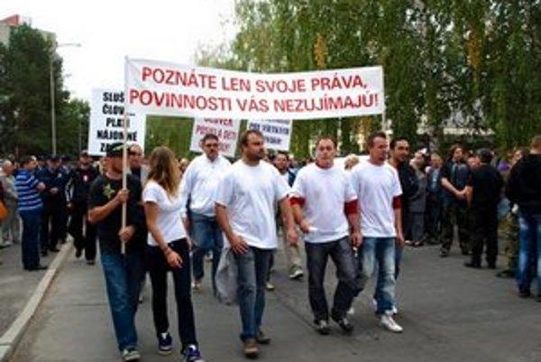 Primátor Božik (v druhom rade v okuliaroch) pochod viedol.