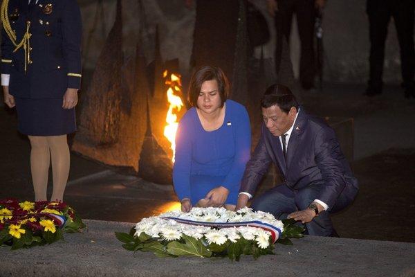 Filipínsky prezident Rodrigo Duterte položil so svojou dcérou veniec na hlavný pamätník obetiam holokaustu  Jad va-šem v Jeruzaleme.