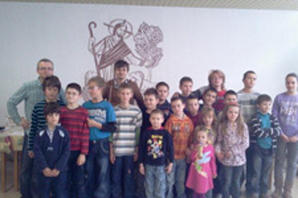 Na fotografii s topoľčianskymi šachovými talentami tréner mládeže Bujna a predseda klubu A. Riabov.
