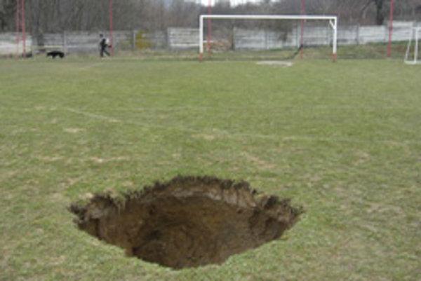 V Prašiciach zostala na ihrisku obrovská jama.