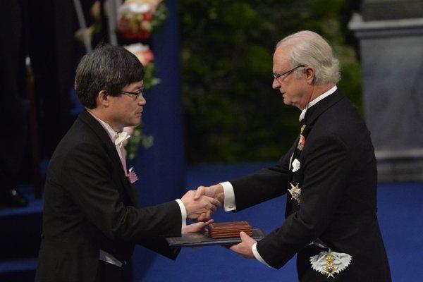 Laureát Nobelovej ceny 2014 za fyziku Hiroši Amano z japonskej univerzity v Nagoji si preberá ocenenie z rúk švédskeho kráľa Karla XVI.