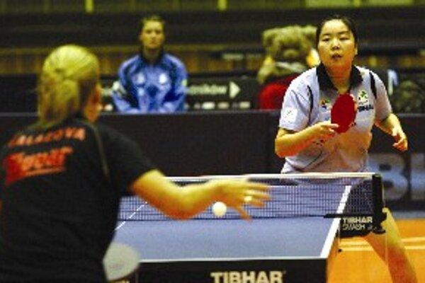 """Balážová (chrbtom) v zápase proti """"poľskej Číňanke"""" Zhou Xiao."""