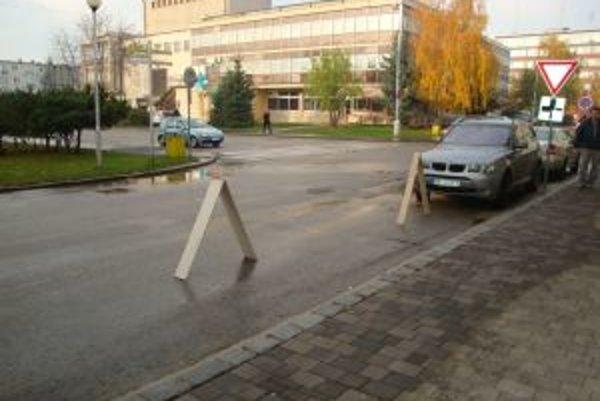 """Kartónové """"véčka"""" strážia pred možnými parkovaniechtivými osobami."""