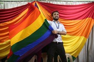 Stúpenci z LGBTI komunity oslavujú rozhodnutie súdu.