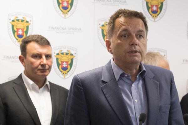 V popredí minister financií SR Peter Kažimír, vľavo v pozadí prezident finančnej správy František Imrecze.