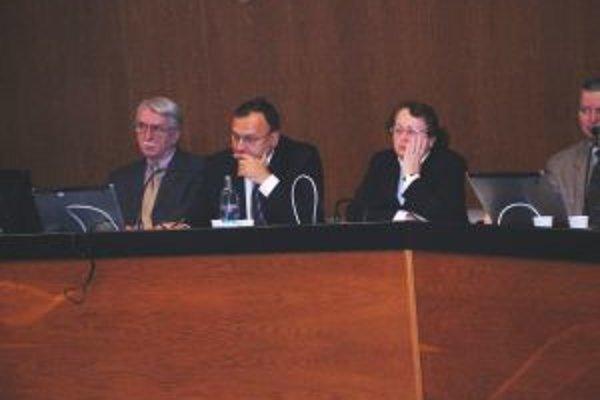 Podľa primátora Baláža (v strede) sa všetci funkcionári budú usilovať, aby bol rok 2010 pre Topoľčany prínosom.