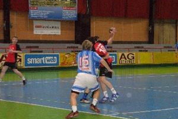 Muži Topoľčian vyhrali doma o desať gólov.