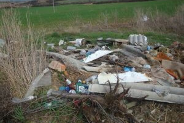 Na skládke je všetko od stavebného odpadu až po plasty.