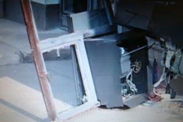 Vytrhnutý bankomat vo Veľkých Ripňanoch. Lupiči obišli naprázdno.