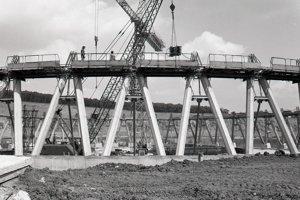 13. august 1985. Celkový pohľad na výstavbu chladiacich veží pre prvý výrobný dvojblok jadrovej elektrárne v Mochovciach.