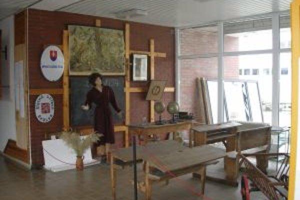 Expozíciu spozorujú návštevníci školy už vo vestibule.