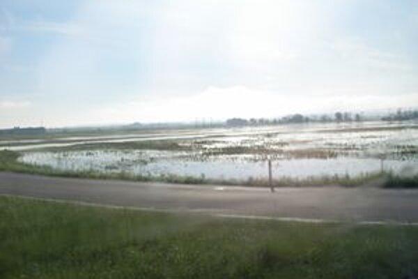 Mnoho hektárov zostalo pod vodou.