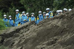 """""""Máme informácie, že pod bahnom sú stále ľudia, takže pracujeme bez prestania, ale ich záchrana je náročná,"""" povedal ráno štátnej vysielacej spoločnosti NHK jeden zo záchranárov v Acuma."""