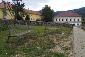 Námestíčko v obci Švedlár, kde je aj priestor na oddych.