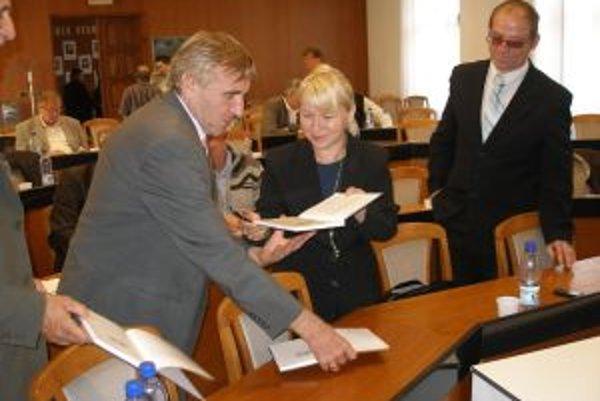 Zdenka Laciková sa starostom do svojej knihy aj podpísala.