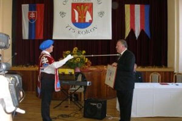 V slávnostnom duchu sa nieslo odovzdávanie erbovej listiny, ktorú prevzal starosta Peter Vaňo z rúk Ladislava Vrteľa.