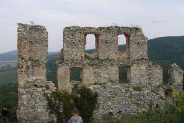 Oponický hrad sa rozpadáva už vyše 300 rokov.