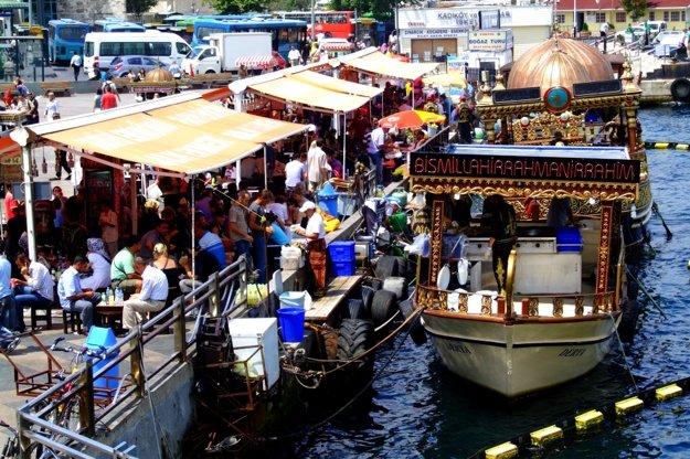 Grilovanú rybu Balik Ekmek kúpite priamo na nábreží Eminonu