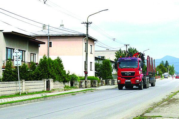 Veľké množstvo ťažkých vozidiel prechádza aj Sučianskou ulicou.