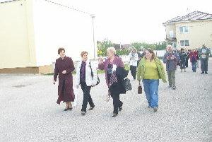 Hostia si prezreli Ludanice v sprievode starostky Ľubice Petrákovej a predsedníčky mikroregiónu Svornosť Dariny Gerhátovej.