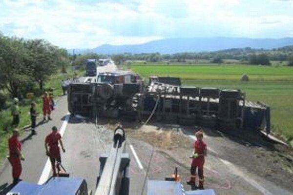 Odtiahnutie prevráteného kamiónu dalo hasičom zabrať.