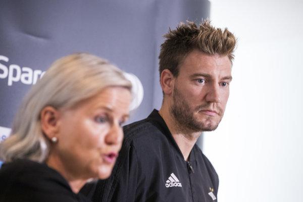 Nicklas Bendtner predstúpil pred novinárov aj spolu s výkonnou riaditeľkou Rosenborgu Tove Moe Dyrhaugovou.