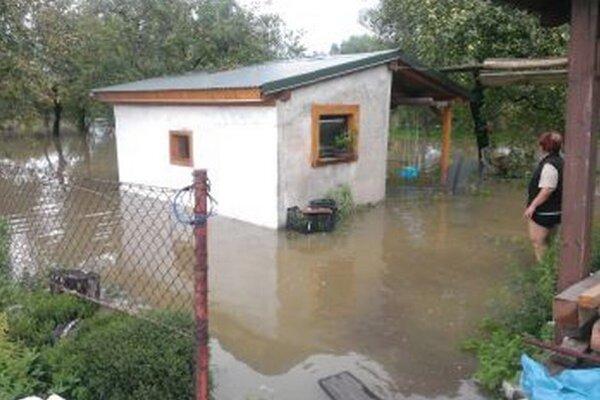V Blažovciach vyliata rieka zaplavila dom i záhradu.