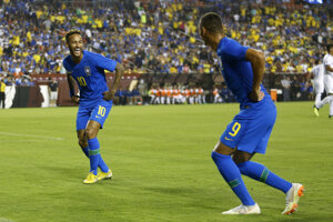 Neymar (vľavo) a jeho reprezentačný spoluhráč Richarlison.