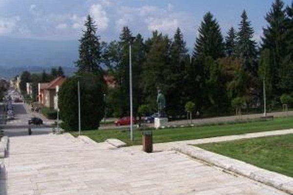 Ľudia z mesta vidia na múzeum, zo schodov je pekný výhľad na mesto.