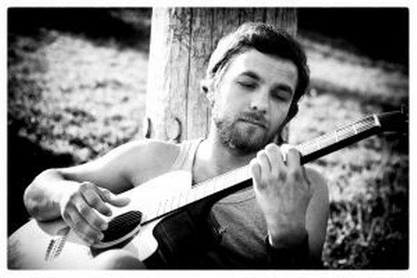 Juraj Hnilica s neodmysliteľnou gitarou.