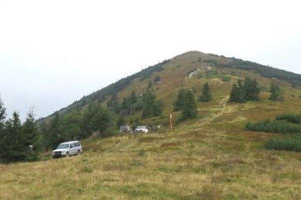 Vysoko pod hrebeňom nad chatou Vendovka sa vodiči neštítili zaparkovať.