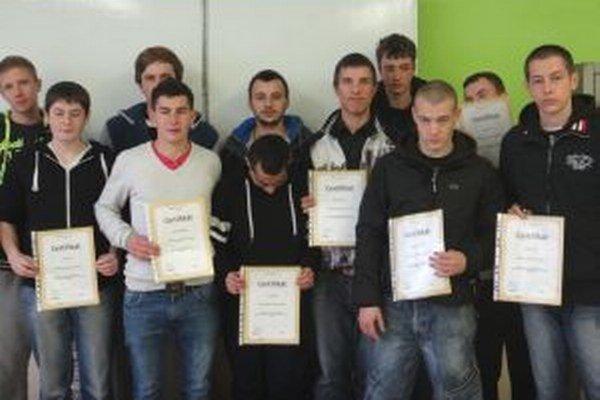Budúci murári s certifikátmi.