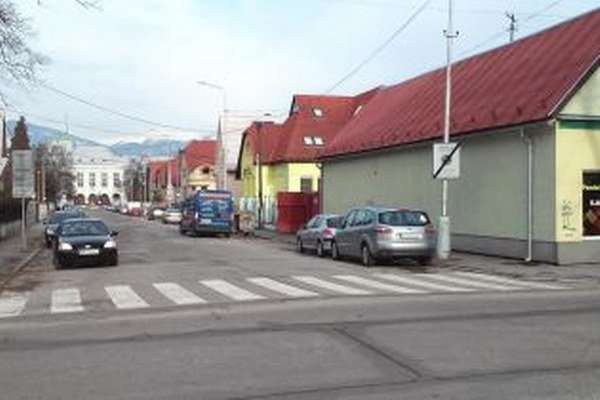 Na začiatku Hečkovej ulice by ste orientačnú tabuľu hľadali márne.